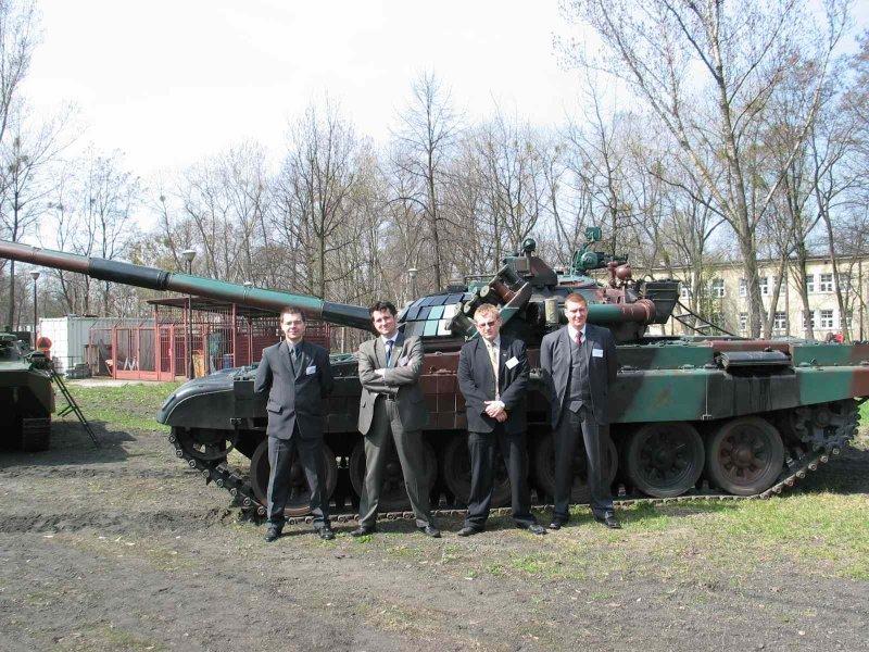 Delegacja KNSE Na Tle Polskiego Czogu Podstawowego PT 91M Twardy